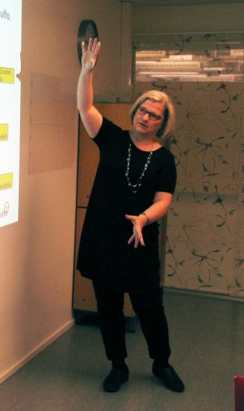 Hankepäällikkö Raija Viskari esittelee Apotin aikataulua.